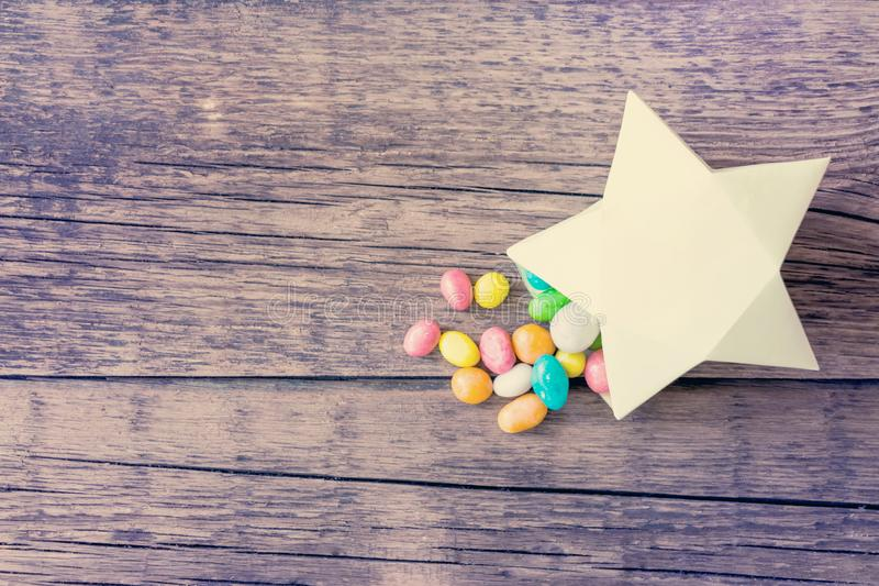 Comprimidos coloridos doces dos doces na caixa de presente de papel na forma de imagem de stock royalty free