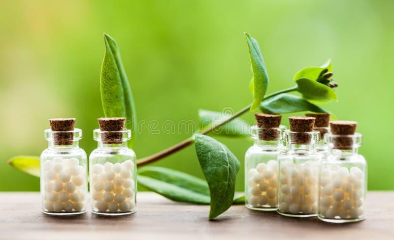 Comprimidos da homeopatia em umas garrafas do vintage foto de stock royalty free