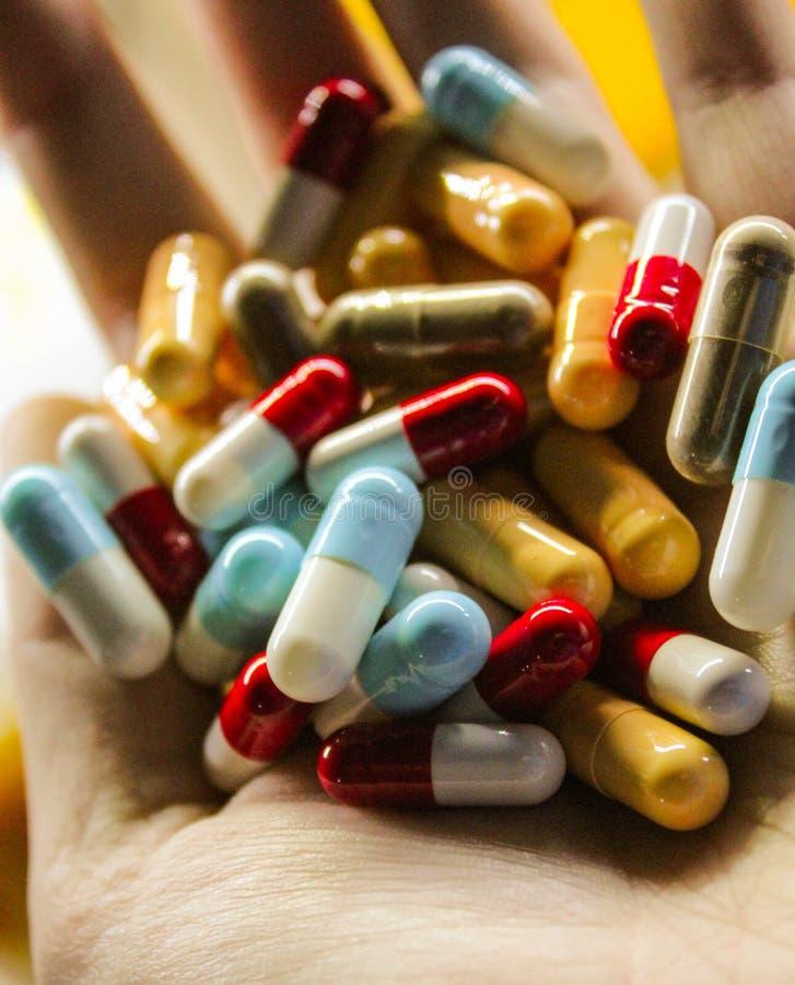 Comprimidos da medicina disponivéis imagens de stock