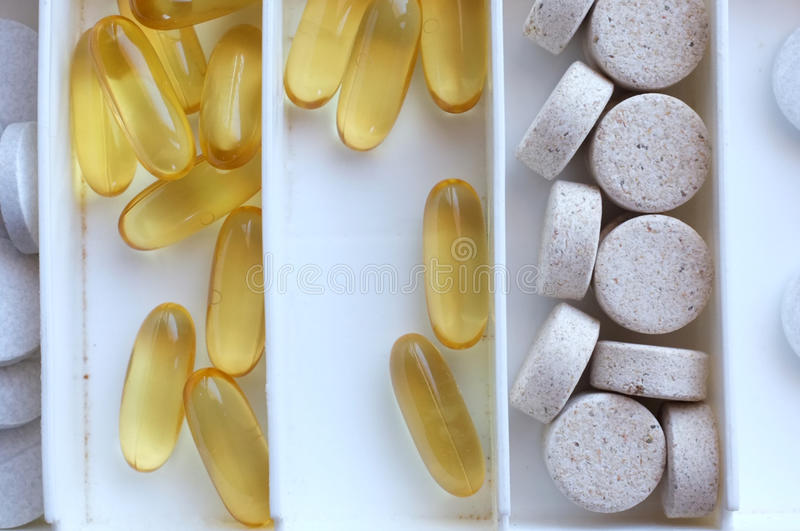 Comprimidos de Omega em uma caixa imagens de stock royalty free