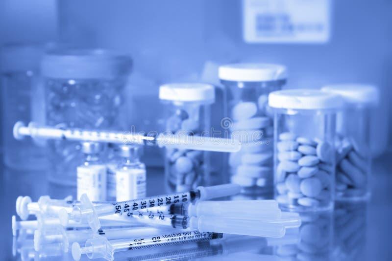Comprimidos e agulhas/tom azul fotos de stock