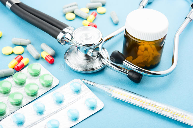 Comprimidos e estetoscópio imagem de stock