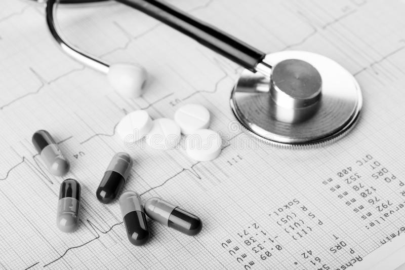 Comprimidos e estetoscópio médicos imagem de stock