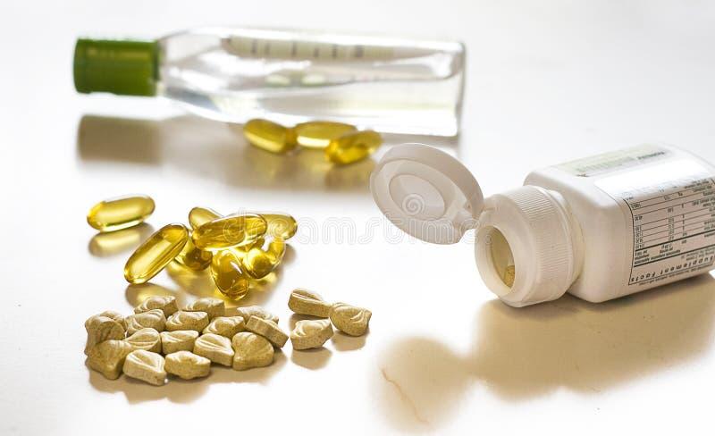 Comprimidos e frascos da vitamina imagem de stock