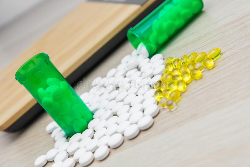 Comprimidos e garrafas verdes foto de stock