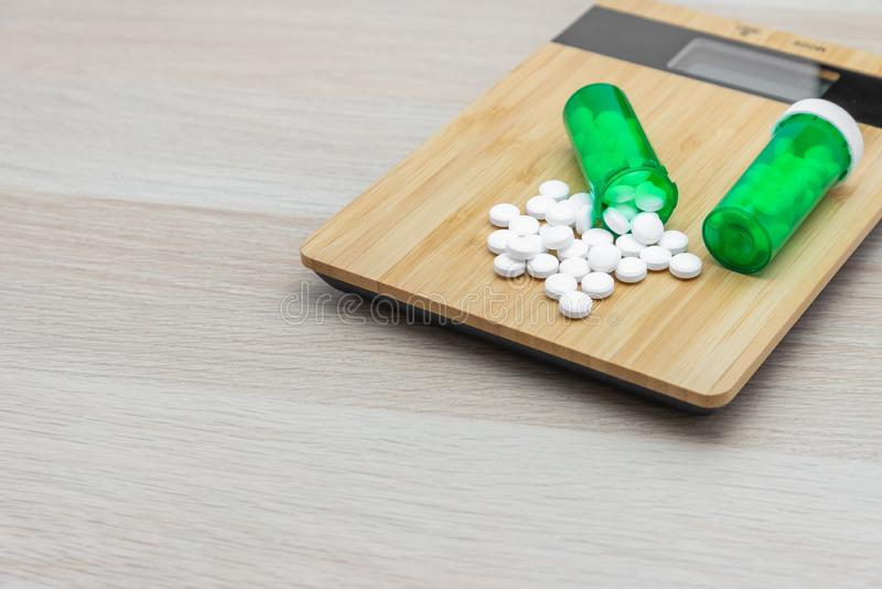 Comprimidos e garrafas verdes imagem de stock