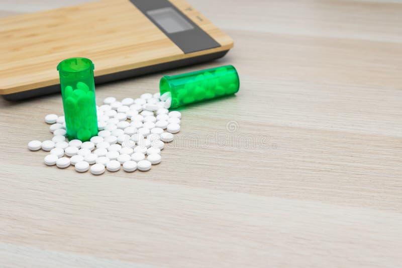Comprimidos e garrafas verdes fotografia de stock