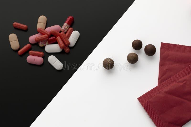Comprimidos farmacêuticos classificados, tabuletas ou cápsulas e comprimidos tibetanos naturais da erva fotografia de stock