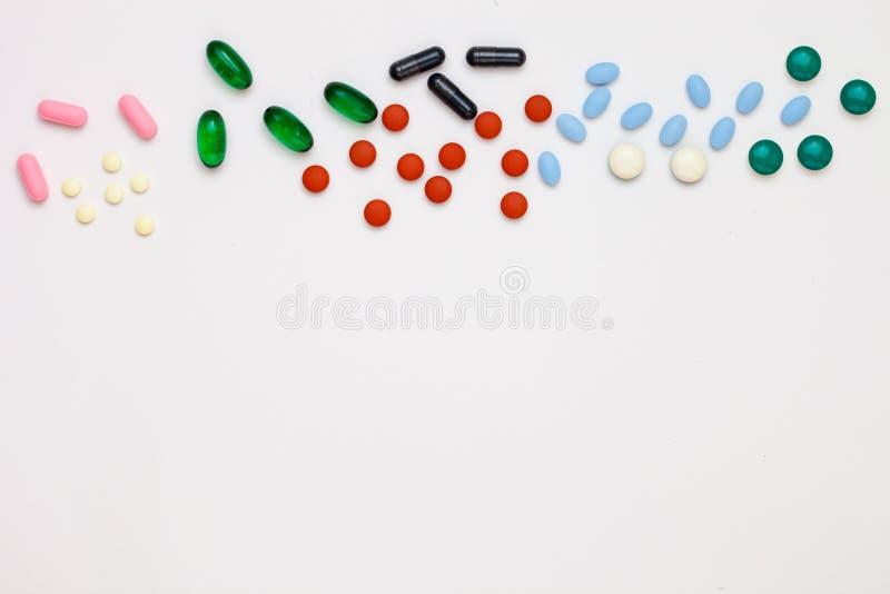 Comprimidos farmacêuticos sortidos da medicina, tabuletas e ove das cápsulas imagem de stock