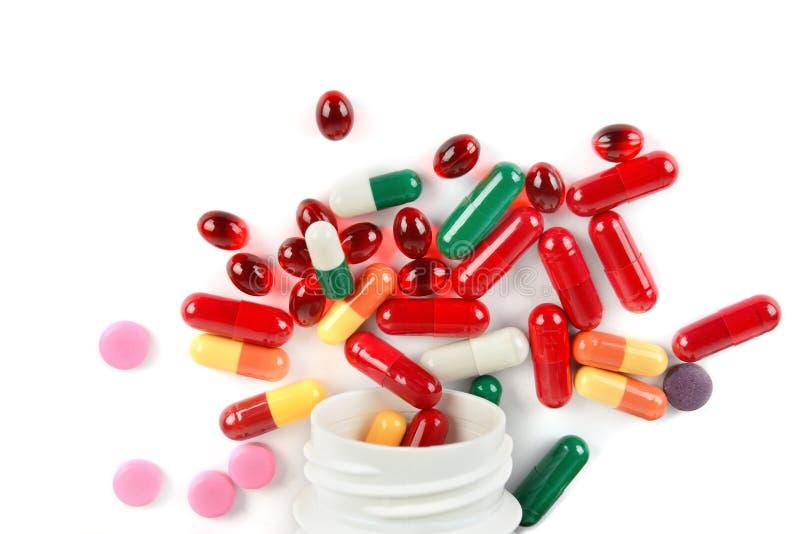Comprimidos farmacêuticos sortidos, tabuletas e cápsulas da medicina isolados no fundo branco fotografia de stock royalty free
