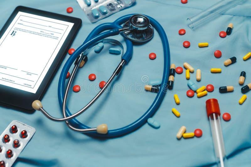 Comprimidos farmacêuticos sortidos, tabuletas e cápsulas da medicina sobre o fundo azul fotografia de stock
