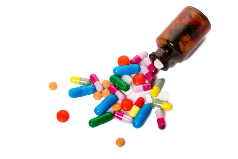 Comprimidos farmacêuticos sortidos, tabuletas e cápsulas da medicina sobre o fundo preto fotos de stock royalty free