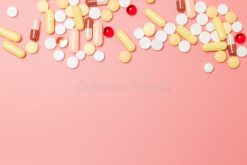 Comprimidos farmac?uticos sortidos, tabuletas e c?psulas da medicina imagens de stock