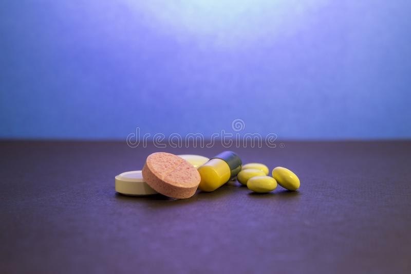 Comprimidos médicos e líquido cor-de-rosa no tubo de ensaio imagens de stock