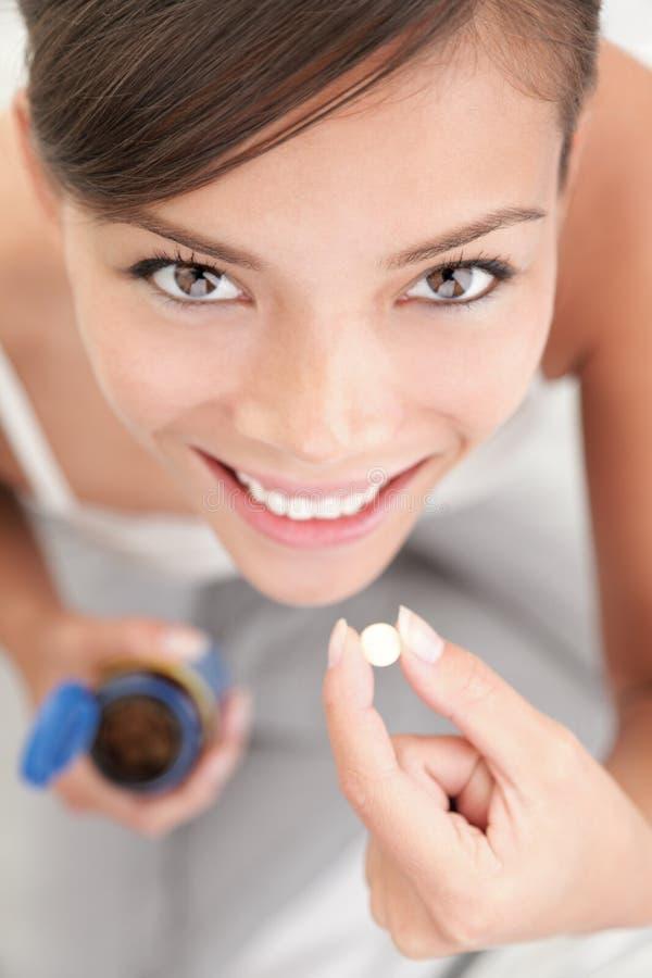 Comprimidos/mulher das vitaminas imagens de stock royalty free