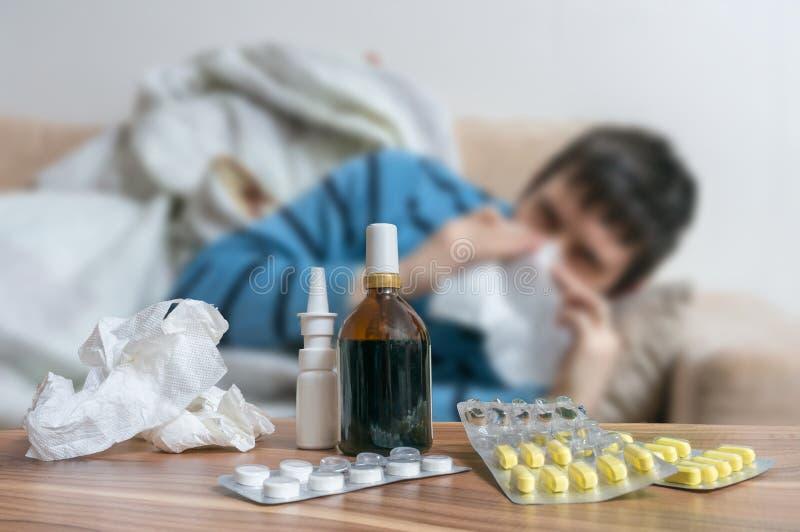 Comprimidos na frente do homem doente que tem a gripe ou o frio foto de stock royalty free