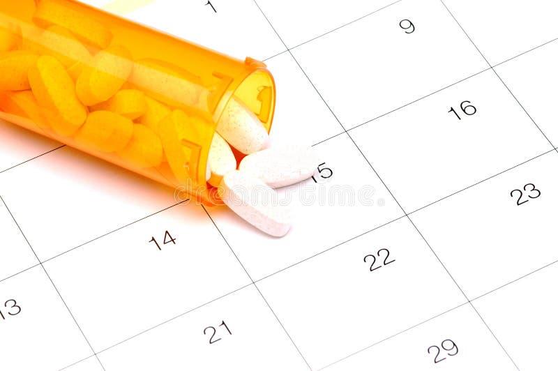 Comprimidos no calendário imagens de stock