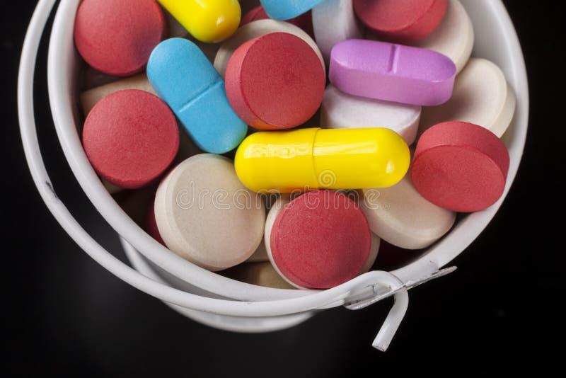 Comprimidos no close-up da cubeta imagem de stock