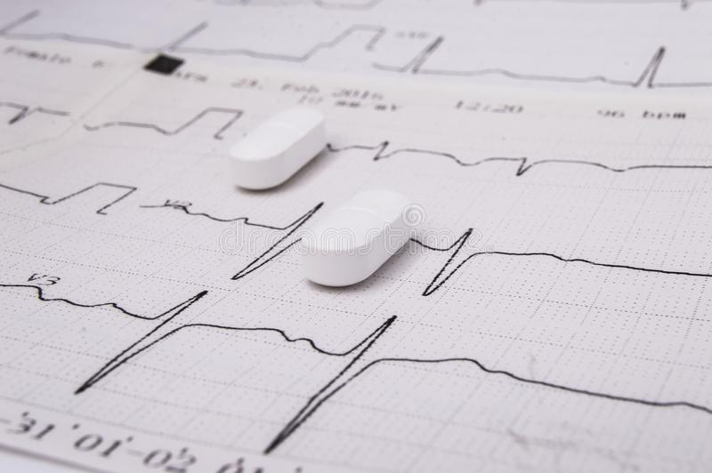 Comprimidos ou tabuletas oblongas brancas para o tratamento das doenças do sistema cardiovascular como uma opção - mentira do sta fotos de stock