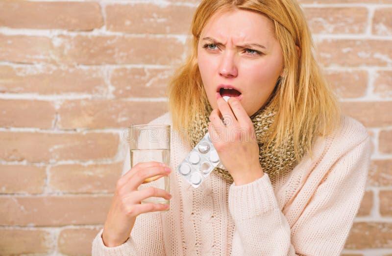 Comprimidos para quebrar a febre Rem?dios da dor de cabe?a e da febre A mulher emaranhou a ?gua de vidro da posse do len?o do cab fotos de stock