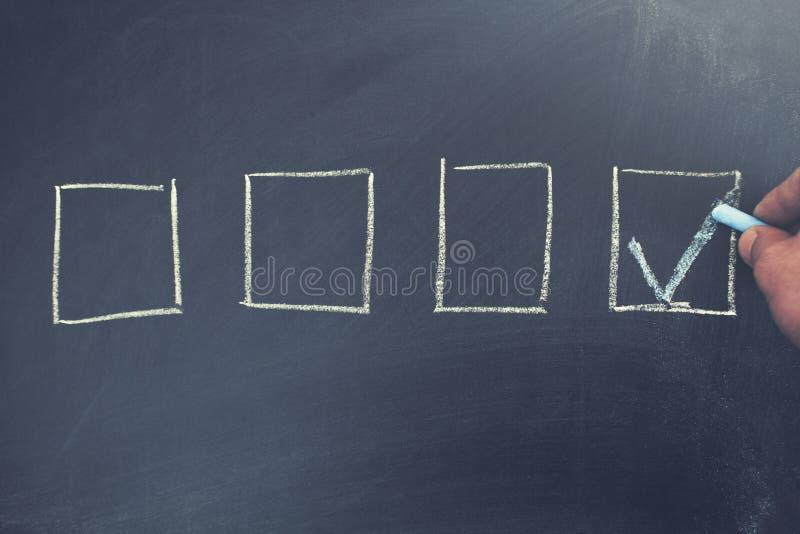 Comprobó la caja por el símbolo de la señal en la pizarra fotografía de archivo
