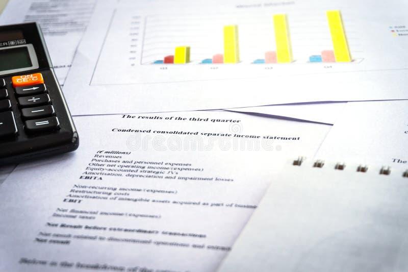 Comprobación de informes financieros Gráficos y cartas Análisis de contabilidad foto de archivo