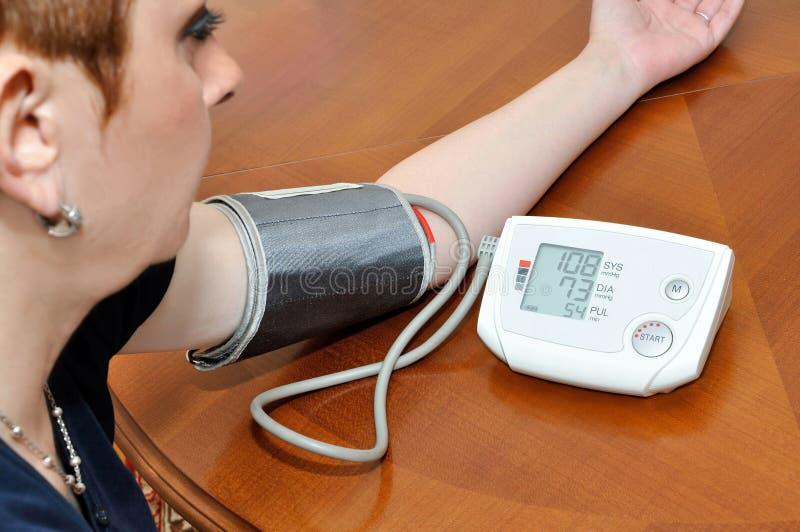 Comprobación de la presión arterial y del pulso fotografía de archivo libre de regalías
