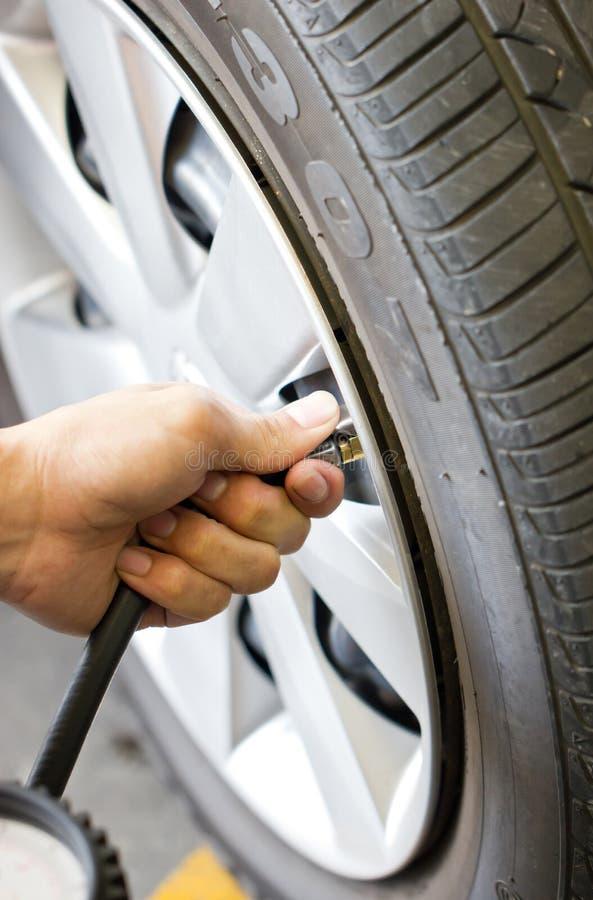 Comprobación de la presión de neumático. foto de archivo libre de regalías