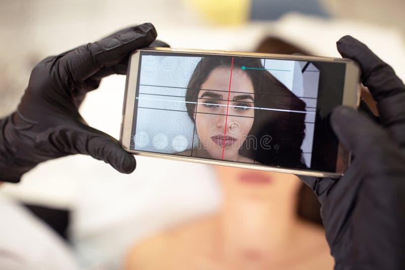 Comprobación de la simetría y del equilibrio faciales fotografía de archivo