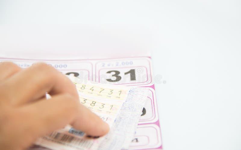 Comprobación de lotería tailandesa en el fondo blanco foto de archivo