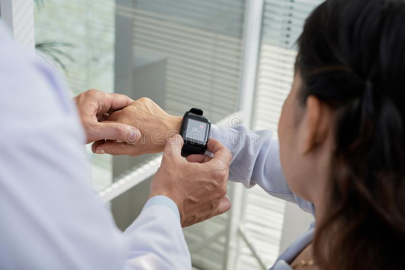 Comprobación de ritmo cardíaco con Smartwatch foto de archivo