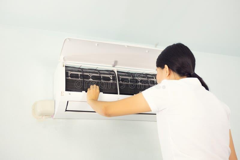 Comprobación del acondicionador de aire imagen de archivo