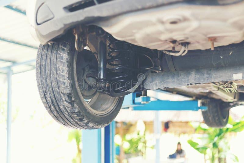 Comprobación del amortiguador de choque del coche fotografía de archivo