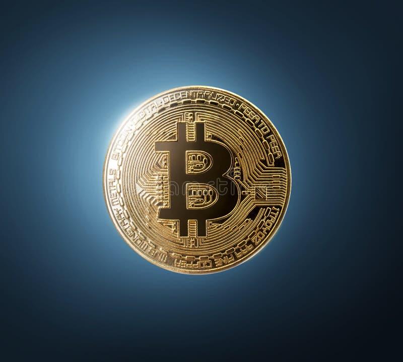 Comprobación del bitcoin del oro en fondo azul imagenes de archivo