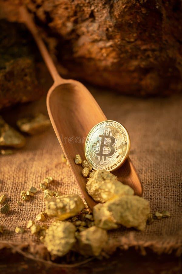 Comprobación del bitcoin del oro y granos de la pepita de oro Grito de la explotación minera del concepto imagen de archivo