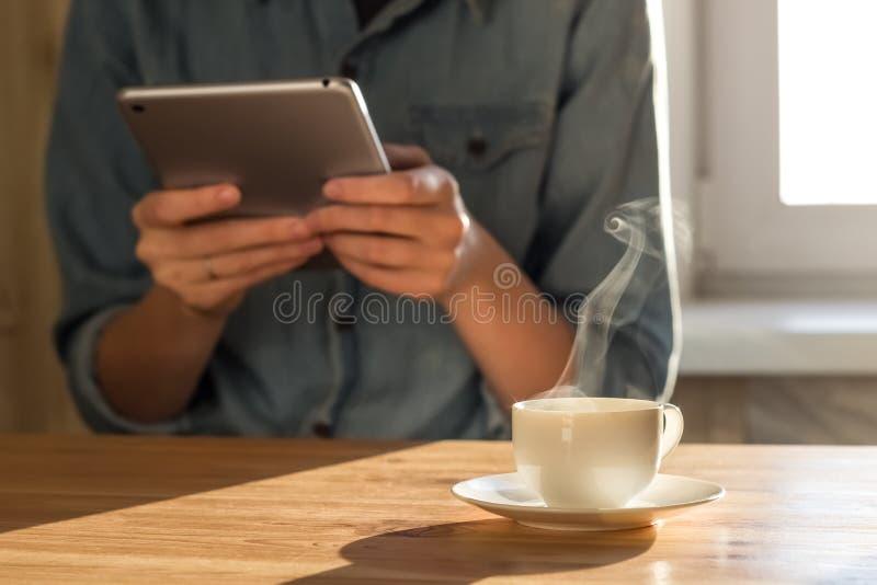 Comprobación del correo electrónico en el desayuno imagen de archivo libre de regalías