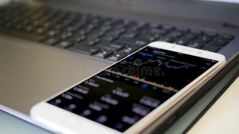 Comprobación del mercado de acción en móvil fotografía de archivo libre de regalías