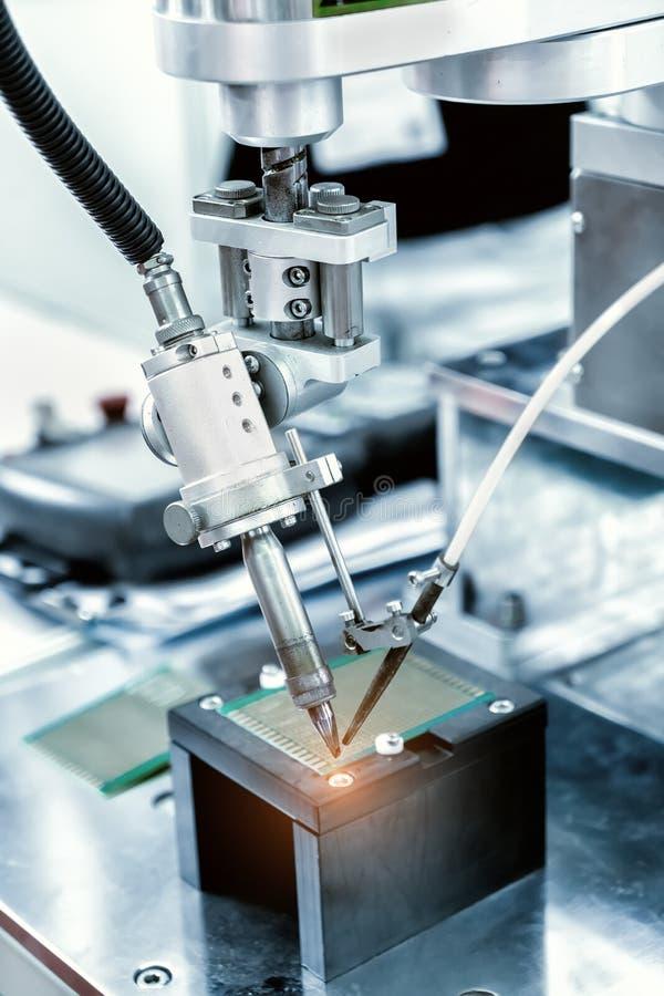 Comprobación robótica del sistema de placas de circuito impresas foto de archivo