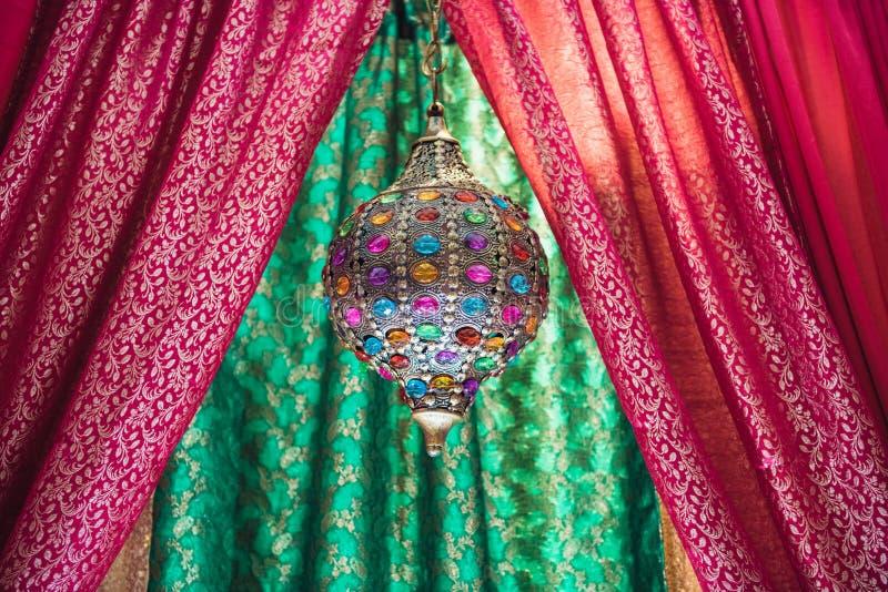 Compromiso tradicional indio o casarse la esfera interior de la joyería fotos de archivo