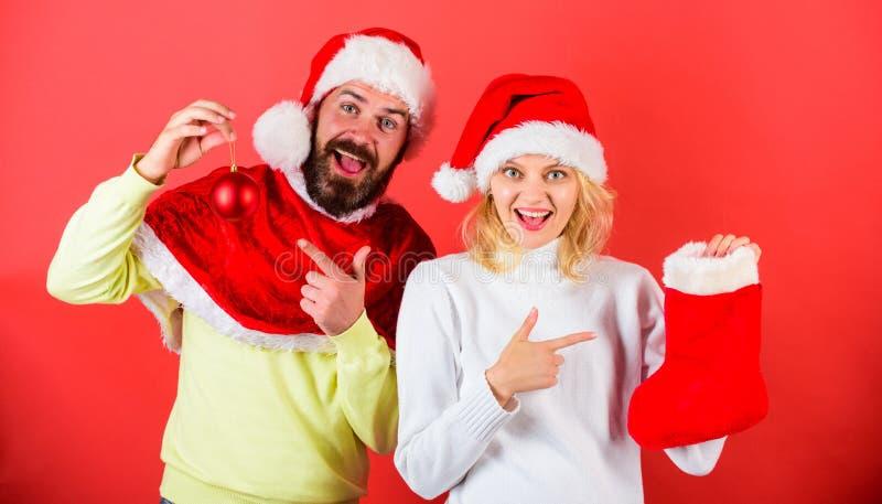 Compruebe el contenido del regalo de la media de la Navidad recibido Concepto del regalo de la Navidad La cara alegre de los pare fotos de archivo libres de regalías