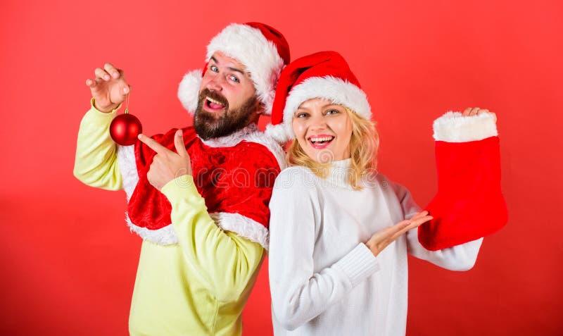 Compruebe el contenido del regalo de la media de la Navidad recibido De los pares de la cara del control regalo alegre hacia fuer imágenes de archivo libres de regalías