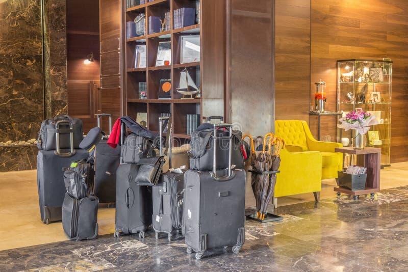 Compruebe en un hotel Muchas maletas y bolsos están en el pasillo fotografía de archivo libre de regalías