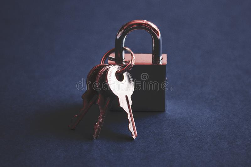 Compruebe la cerradura y las llaves fotos de archivo