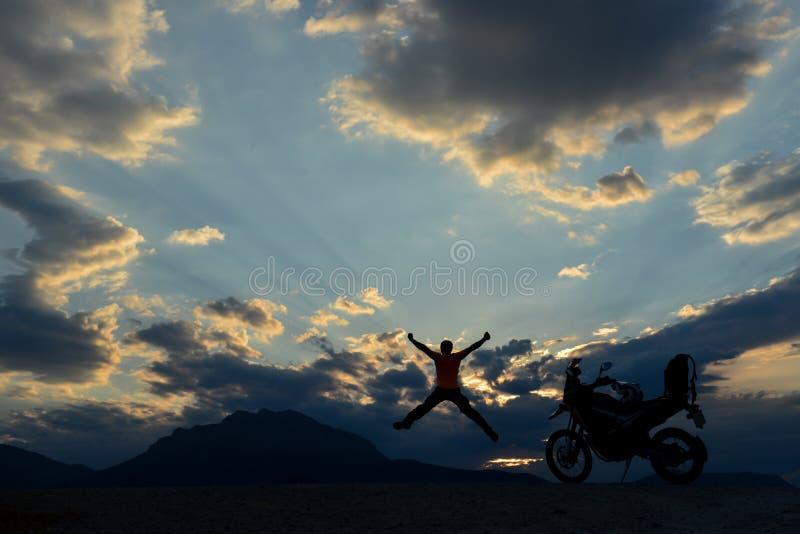 compruebe y alcance las aventuras de la motocicleta imagenes de archivo
