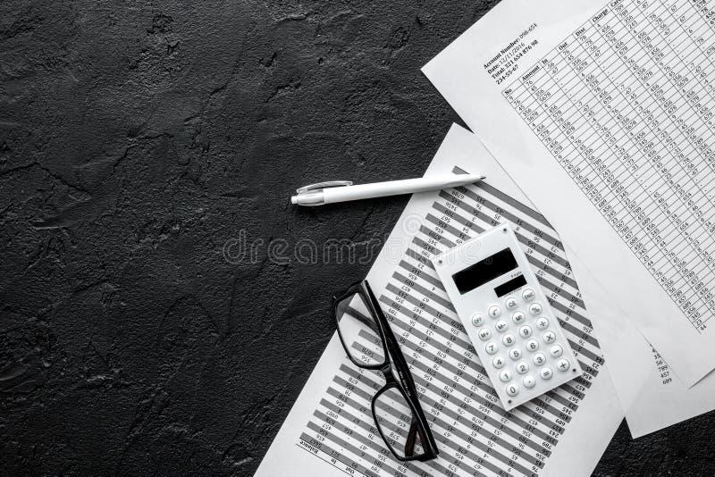 Comptabilité d'impôts dans l'espace de travail de bureau sur la maquette foncée de vue supérieure de fond de bureau photos libres de droits