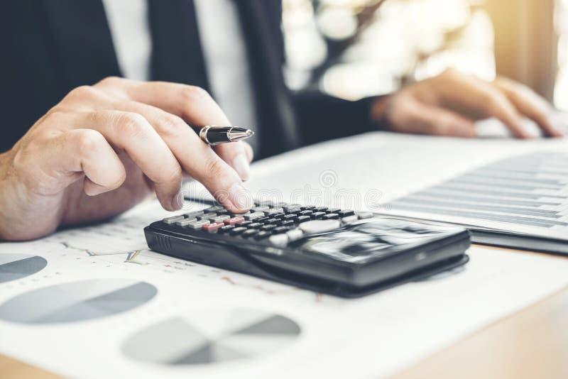 Comptabilité financière d'homme d'affaires calculant l'investissement économique coûté de budget et sauvant le concept images libres de droits