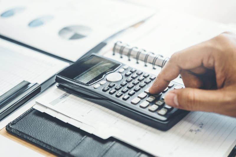 Comptabilité financière d'homme d'affaires calculant l'investissement économique coûté de budget et sauvant le concept image stock