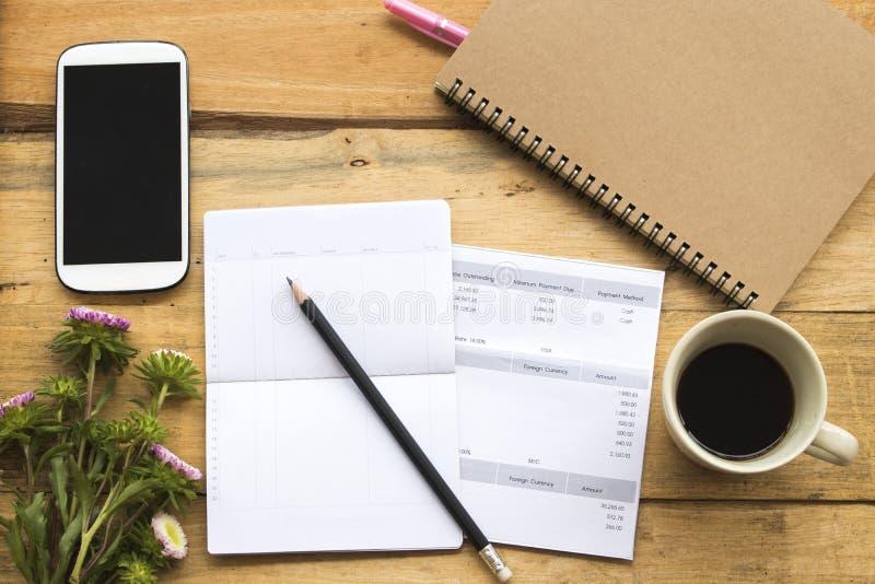 Comptabilité mensuelle de carte de crédit de dépenses de document avec le carnet de compte d'épargne d'épargnes du travail d'affa images stock