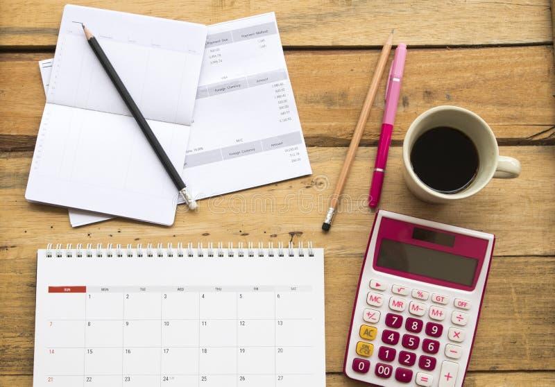 Comptabilité mensuelle de carte de crédit de dépenses de document avec le carnet de compte d'épargne d'épargnes de la banque pour image stock