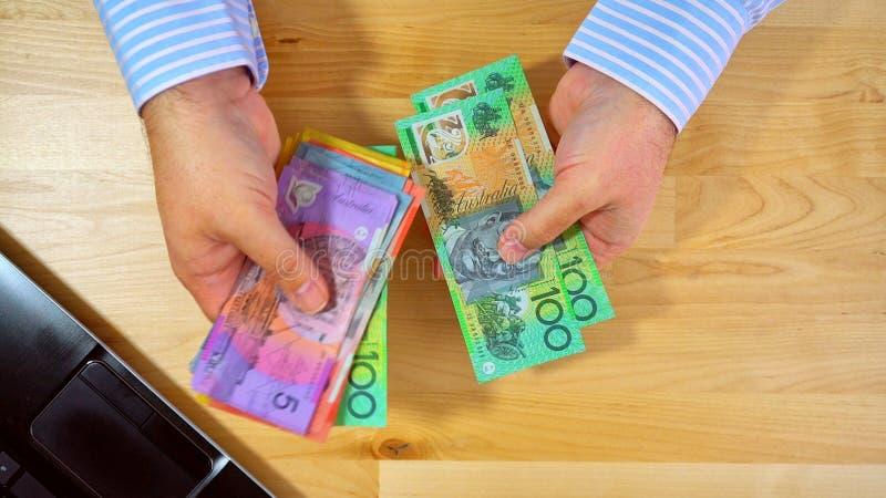 Comptable ajoutant vers le haut de l'argent liquide photos stock